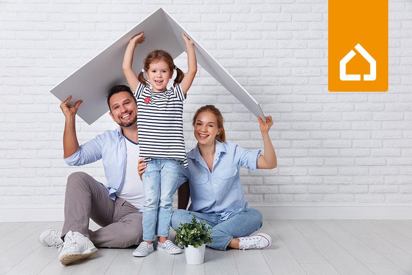 Familie hält Hausdach