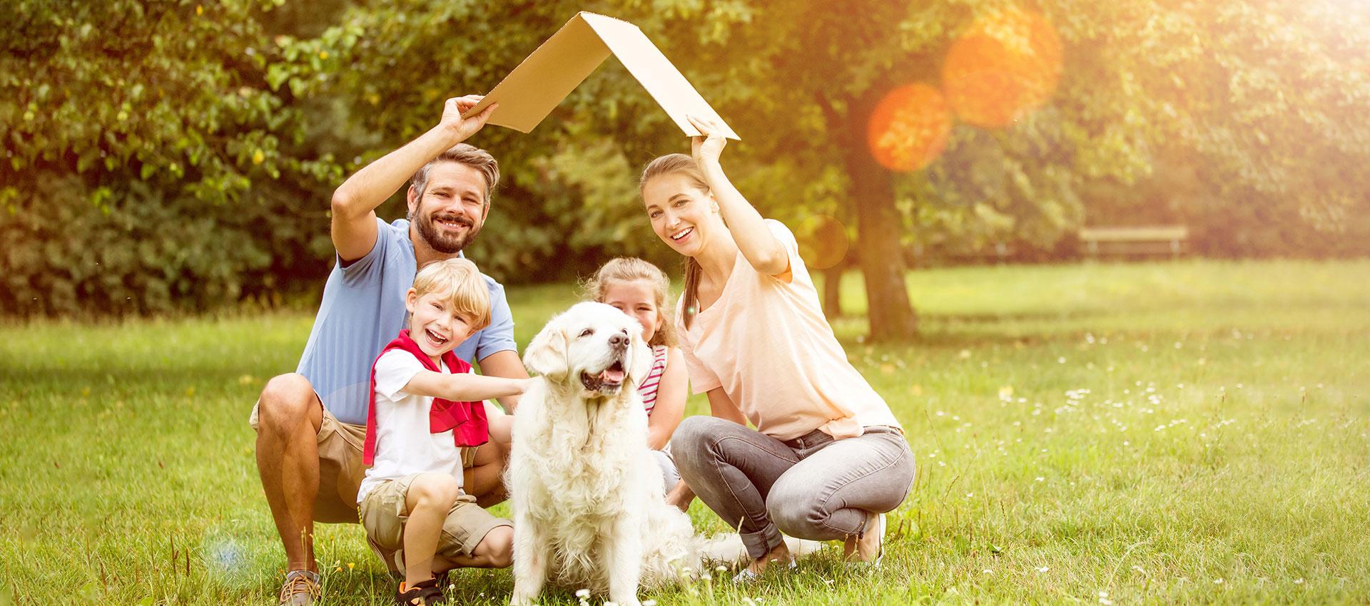 Abbildung Familie geschützt durch Dach