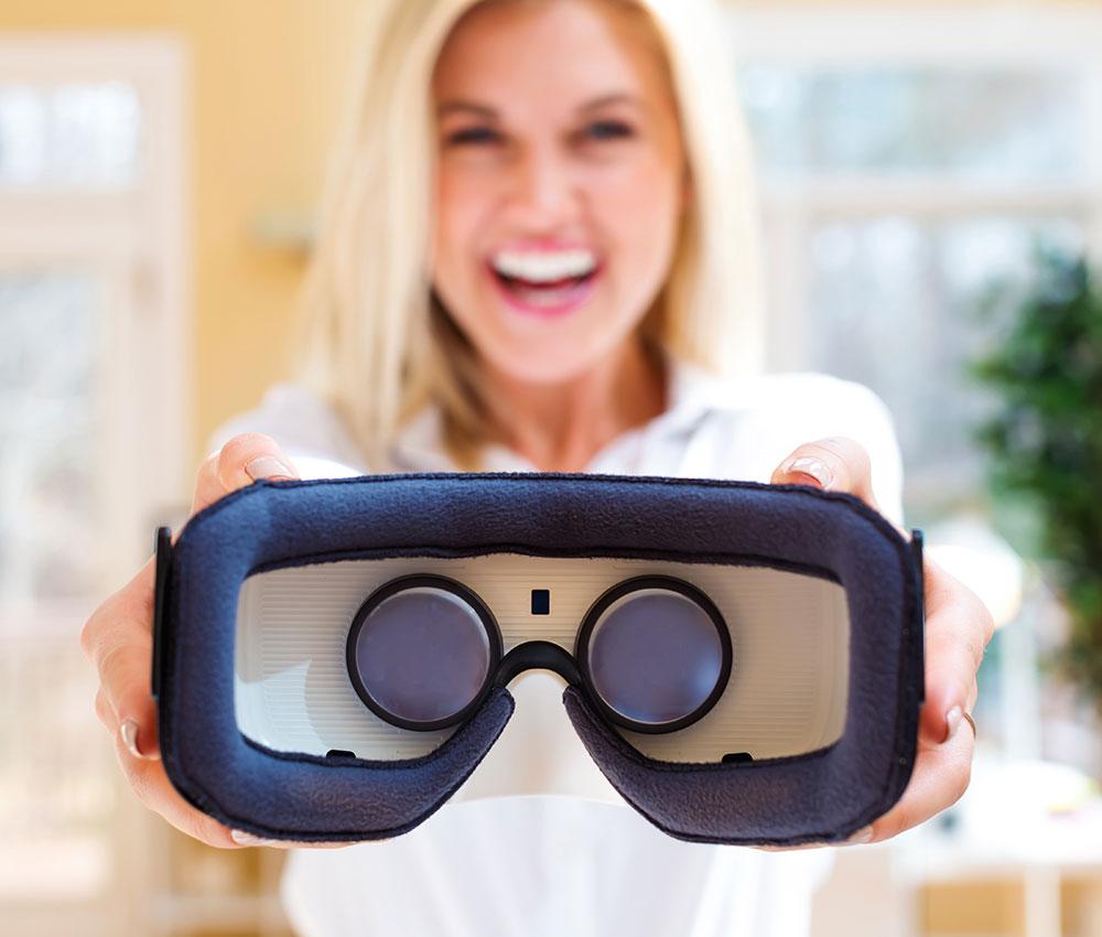 Frau bietet VR-Brille an