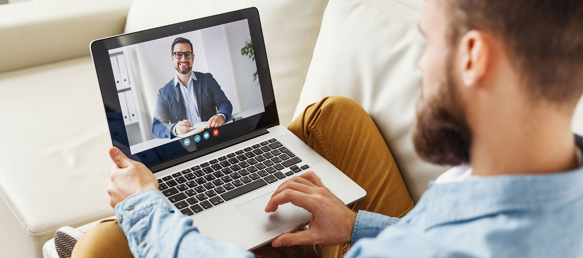 Abbildung Mann mit Laptop im Onlinemeeting