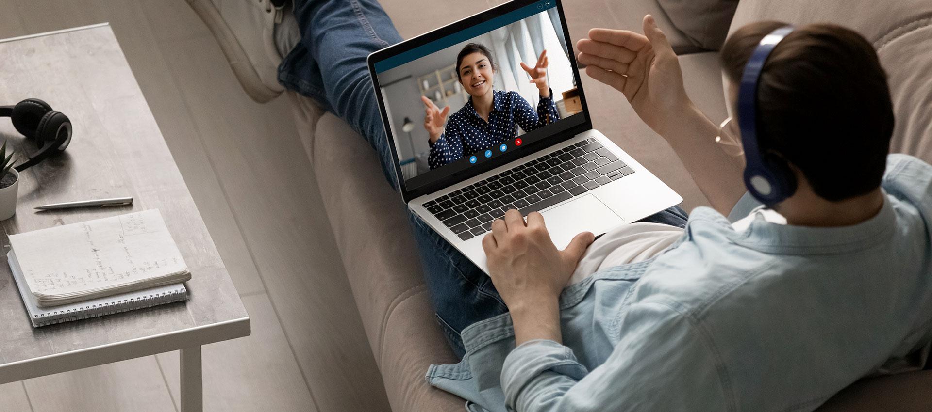Abbildung Vertriebler mit Laptop in Beratung